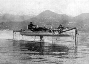 L'un des premiers hydroptères conçus par Enrico Forlanini sur le lac Majeur, en 1910.