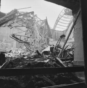 Le hall de gare envahi par les décombres de la coupole principale.