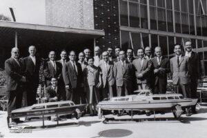 Rencontre des représentants de Supramar et de la délégation japonaise d'Hitachi Zosen en 1961, au Musée Suisse des Transports à Lucerne.
