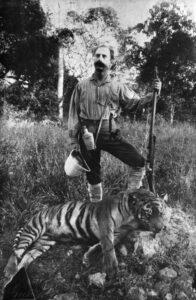 Nach einer Tigerjagd, um 1886 auf Java oder Sumatra.