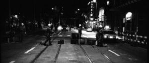 Fernsehgeräte auf der Strasse und auf Tramgleisen in Zürich während der Jugendunruhen 1981.