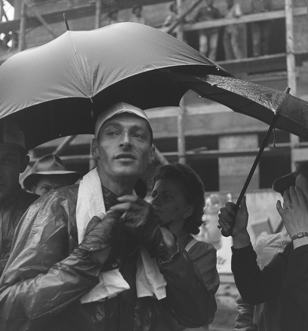Radfahrer Kübler unter einem Schirm