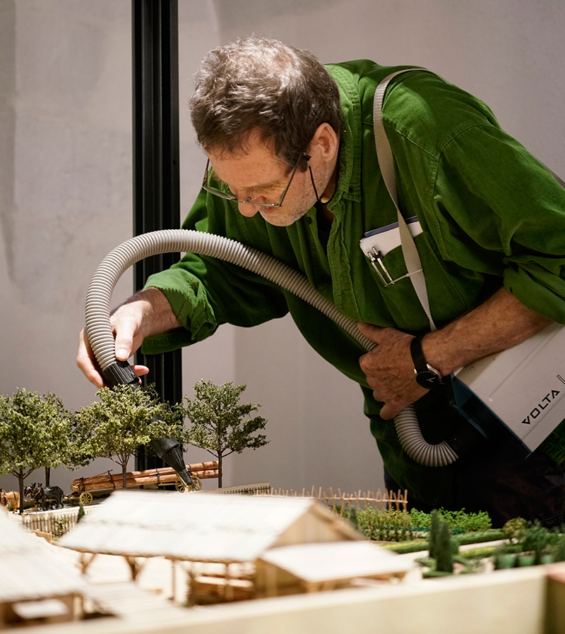 Marius Rappo putzt das Modell mit einem Staubsauger.