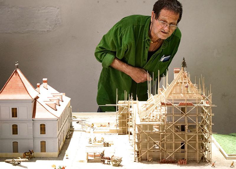 Ein Bild des Modells von Schloss Prangins mit Erbauer Marius Rappo
