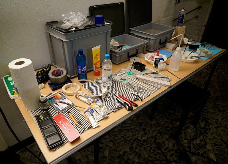 Werkzeug auf einem Tisch.