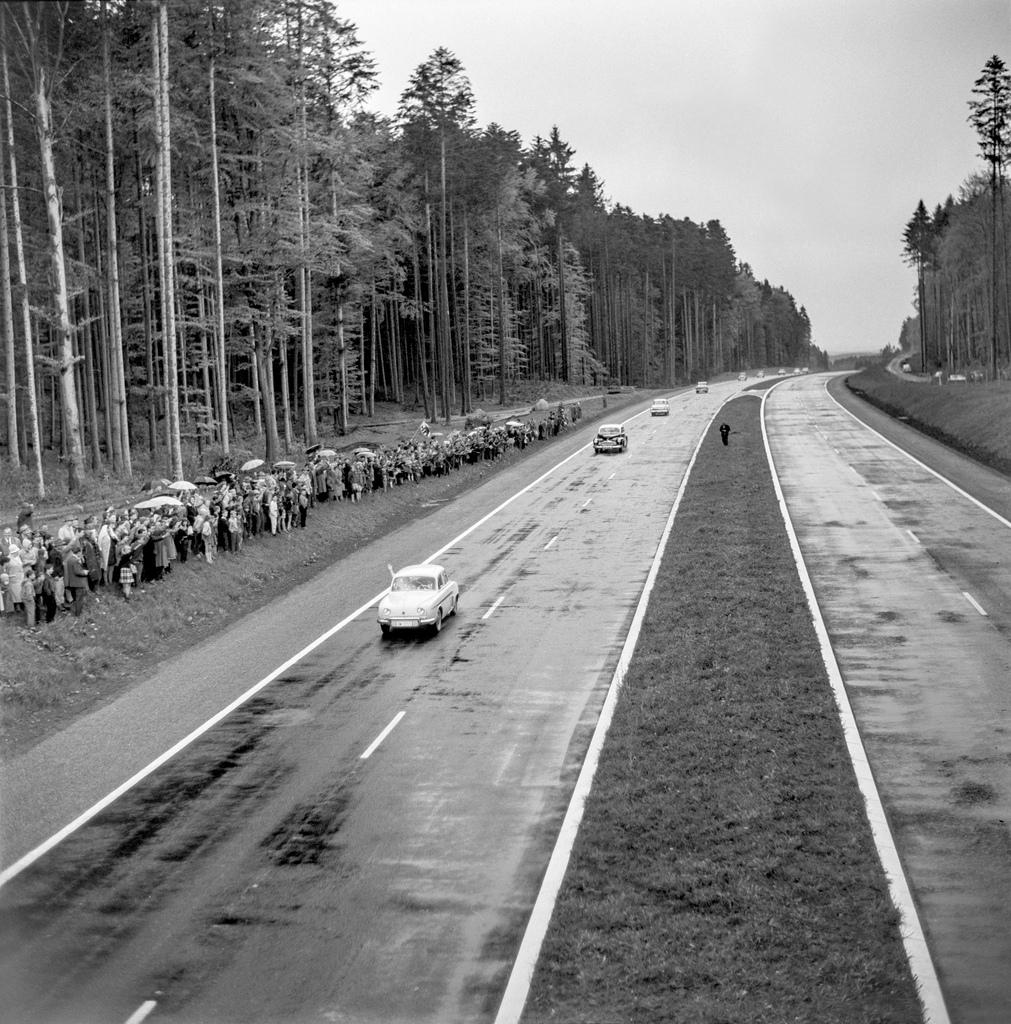 Die ersten Autos bei der Eröffnung der Grauholz-Autobahn, dem ersten Teilstueck der N1, aufgenommen am 10. Mai 1962. (KEYSTONE/PHOTOPRESS-ARCHIV/Widmer)