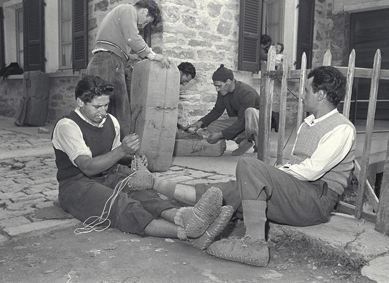 Contrebandier en train de fabriquer des peduli à Scudellate, dans la vallée de Muggio.