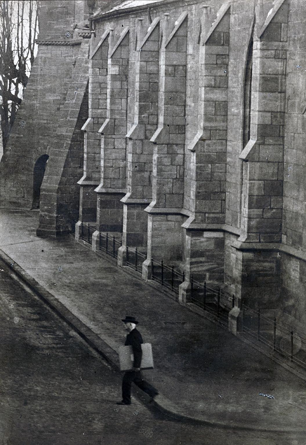 Jacob Burckhardt vor dem Basler Münster mit Bildmappe