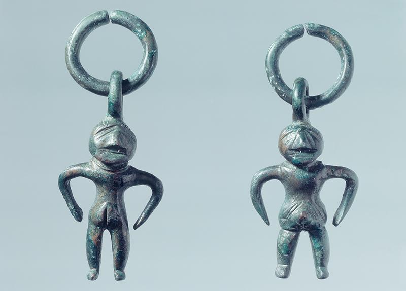 Deux figurines féminines de l'âge du fer.