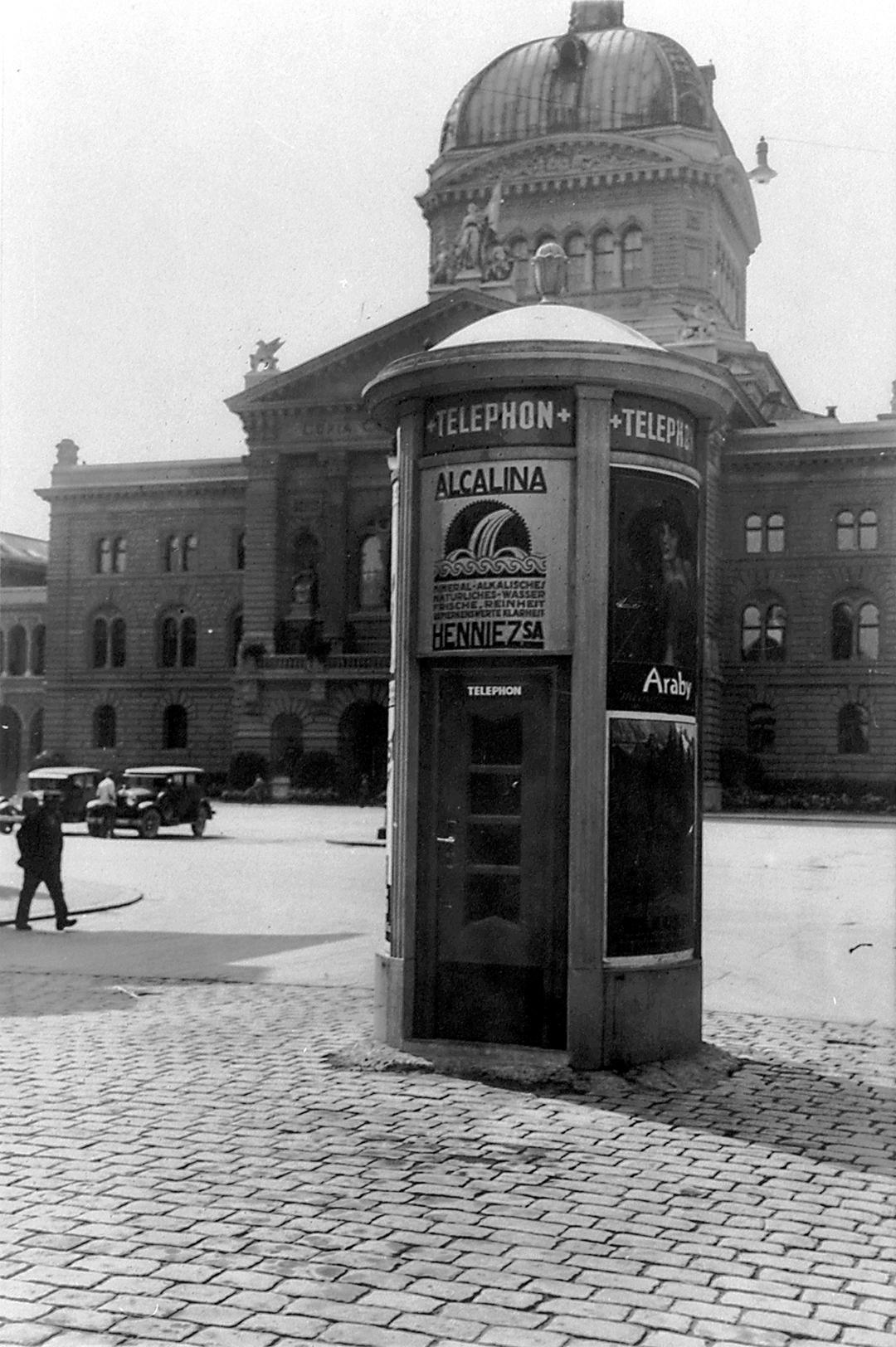 Öffentliche Sprechstation in einer Plakatsäule beim Bundeshaus in Bern um 1930.