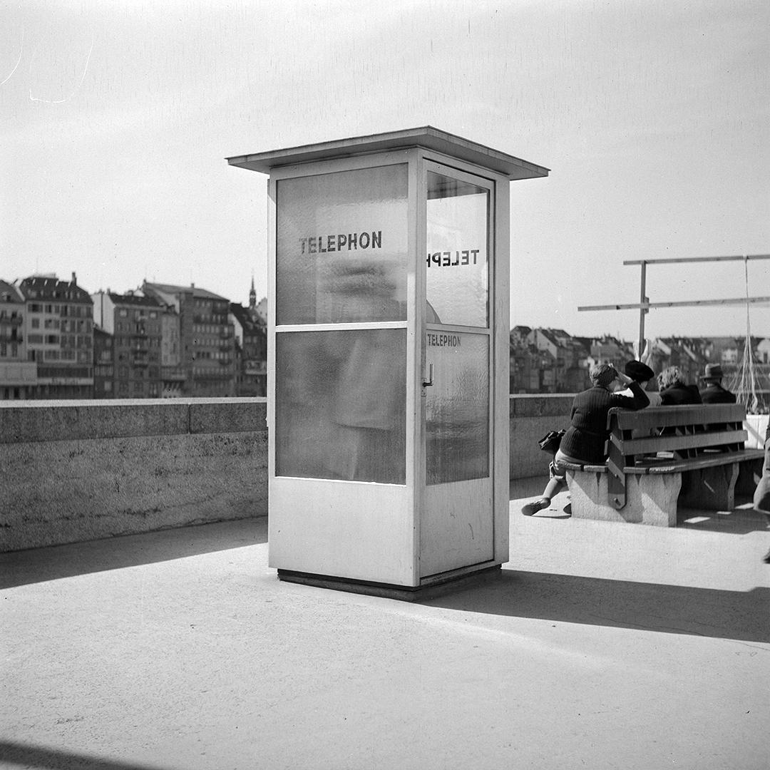 Eisen-Glas-Telefonkabine in Kleinbasel. Aufnahme von 1946