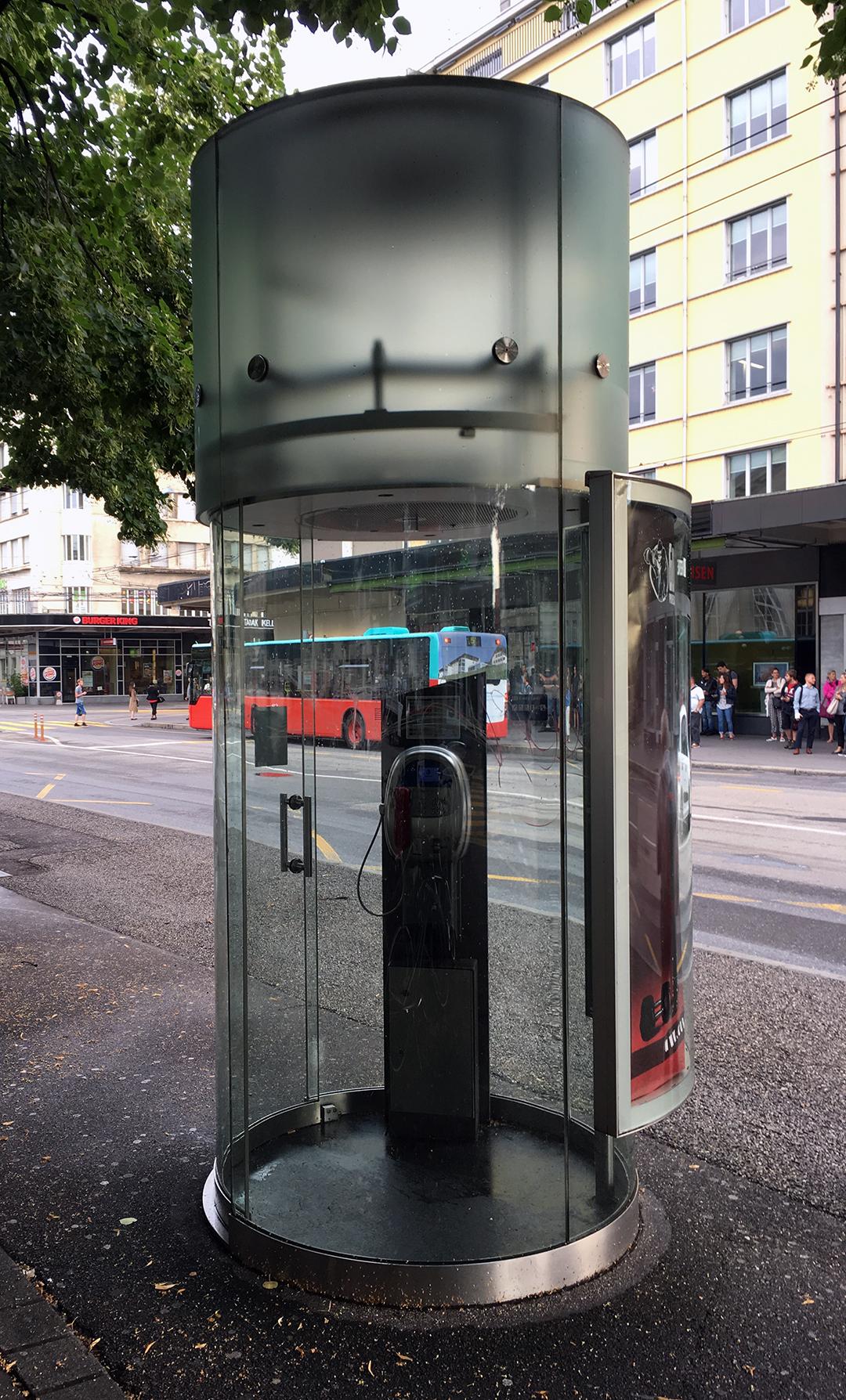 Die letzten ihrer Art. Die seit 1995 eingesetzten «Telecab 2000» gehören der Allgemeinen Plakatgesellschaft APG. Dieses Exemplar steht vor dem Bahnhof in Biel. Foto: Juri Jaquemet, 2018