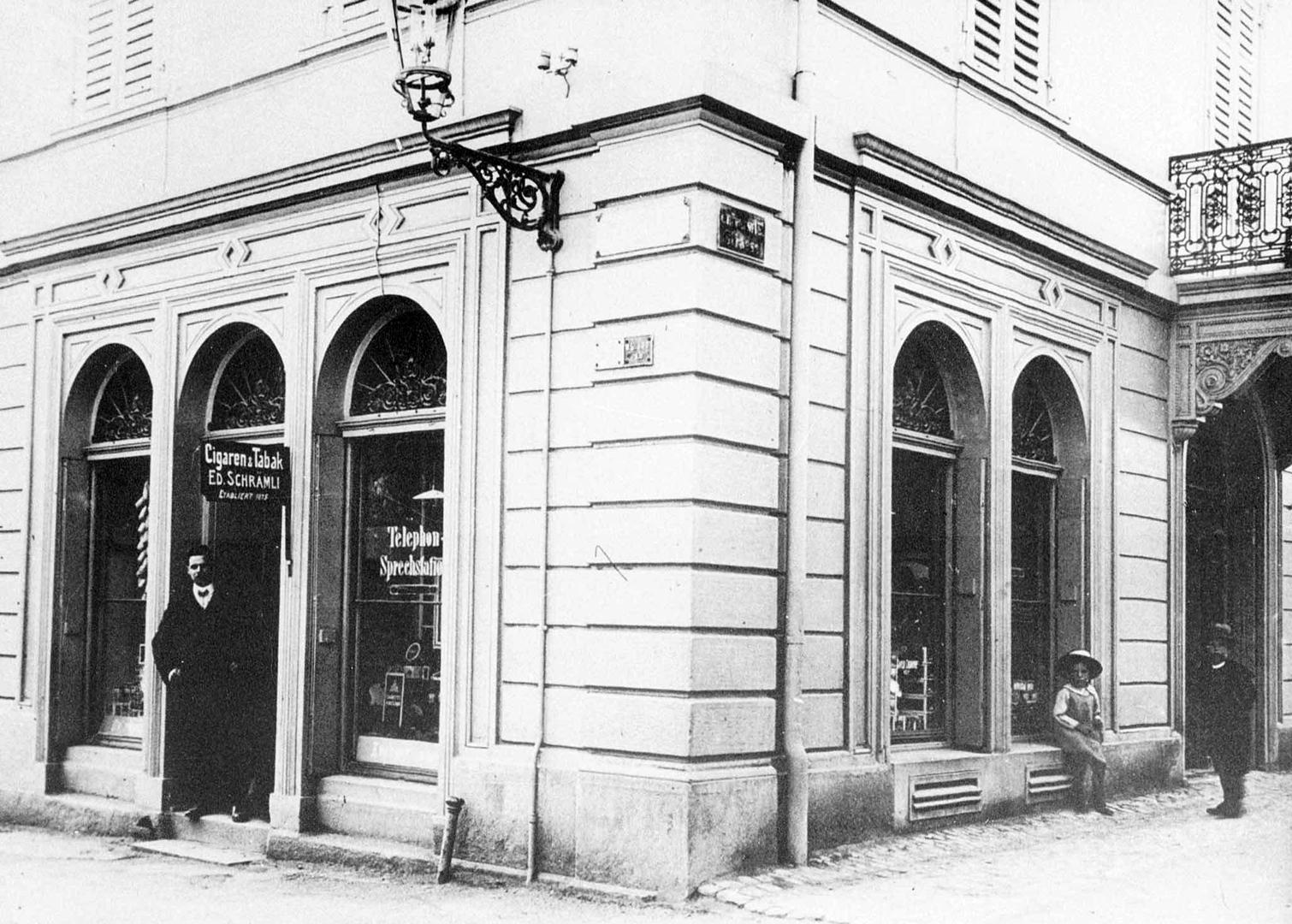 Erste Telefon-Sprechstationen finden sich teilweise in privaten Geschäften. Beispielsweise im Zigarrengeschäft Schrämmli in Zürich. Aufnahme um ca. 1890.