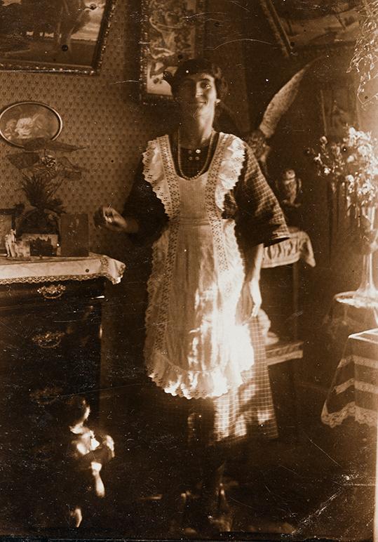 Servante au travail, vers 1900.