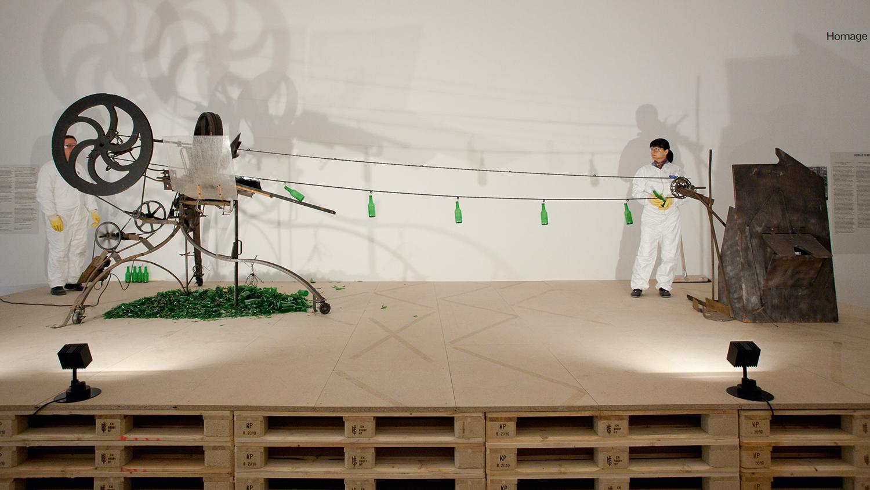 L'oeuvre de Jean Tinguely « Rotozaza » va joyeusement détruire des bouteilles une fois par semaine.