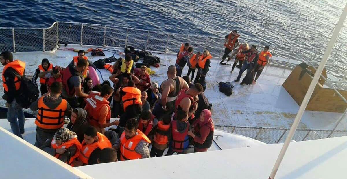 «Überlebensgeschichten von A bis Z», A wie Angst: Heimliche Aufnahme auf einem Schiff der türkischen Küstenwache, das zuvor das Boot der Geflüchteten gestoppt und versenkt hatte. Foto: Haus der Geschichte Baden-Württemberg