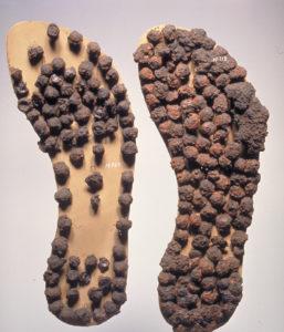 Eisenbeschlagene Sohlen einer römischen Sandale.