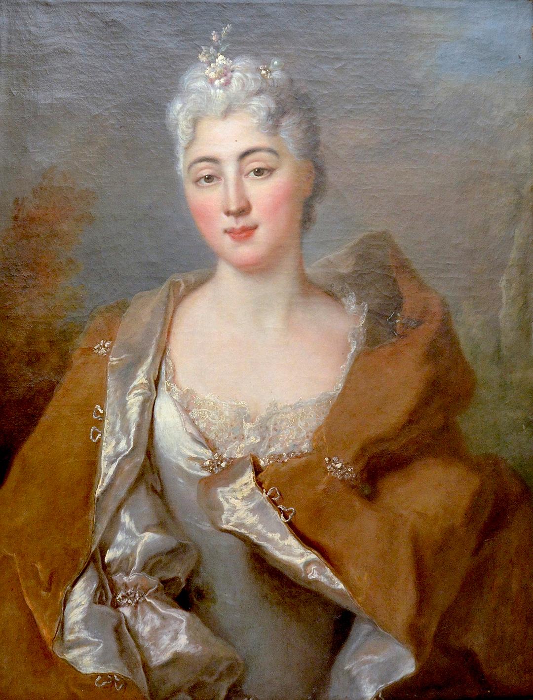 Aïssé en habit noble de soie et de dentelle avec, dans les cheveux poudrés gris, un bijou en forme de fleur et une perle. Le tableau, réalisé vers 1720, est attribué au peintre parisien Nicolas de Largillière et n'est pas daté. Dépôt au château de Jegenstorf