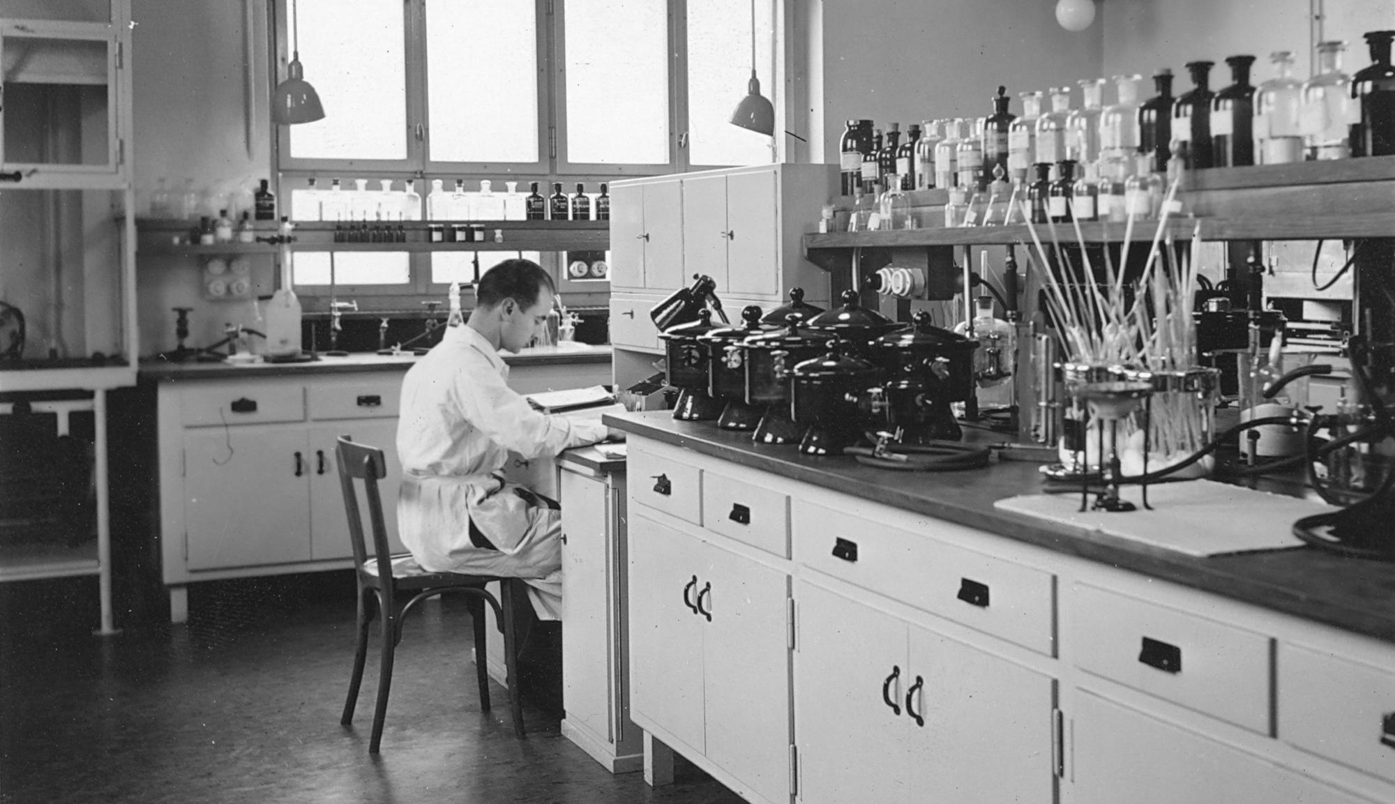 Albert Hofmann im Labor, © Novartis Firmenarchiv