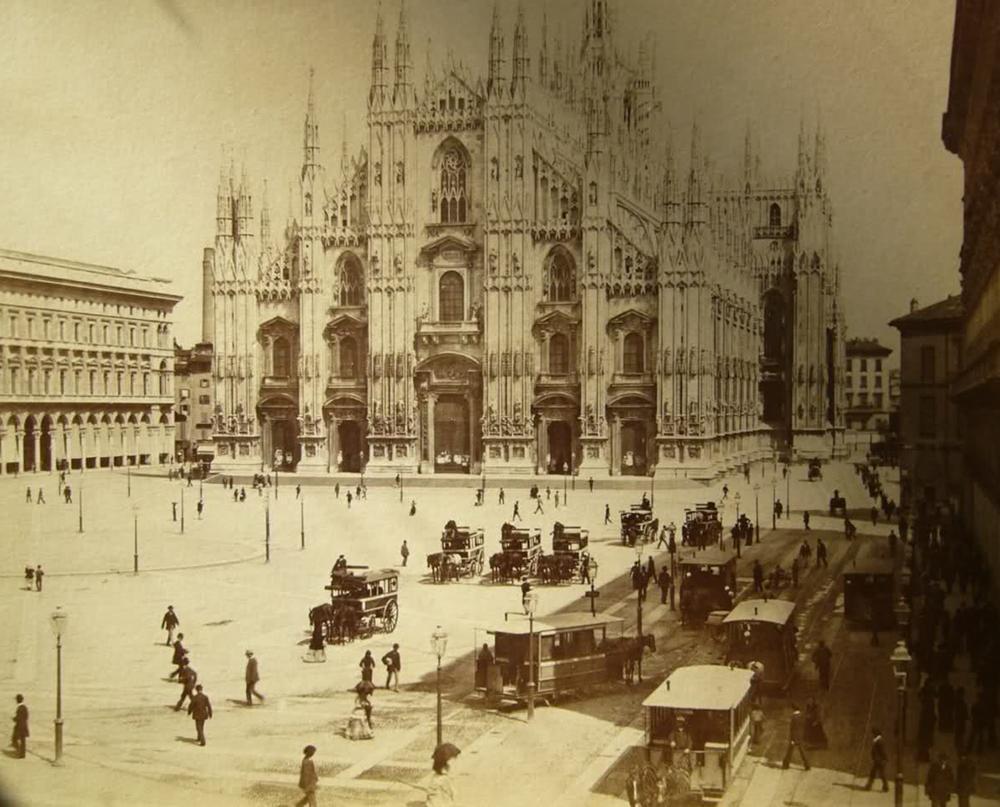 Die Piazza Duomo in Mailand um 1880.