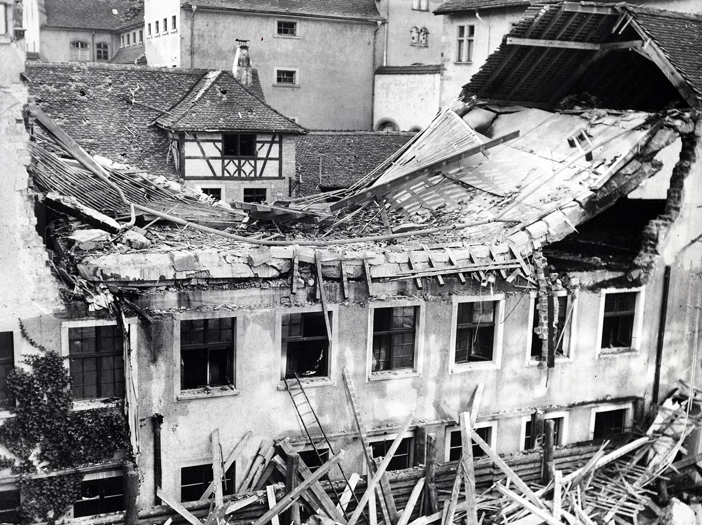 Der zerstörte Westtrakt mit der eingestürzten Decke der Kunstabteilung, April 1944.