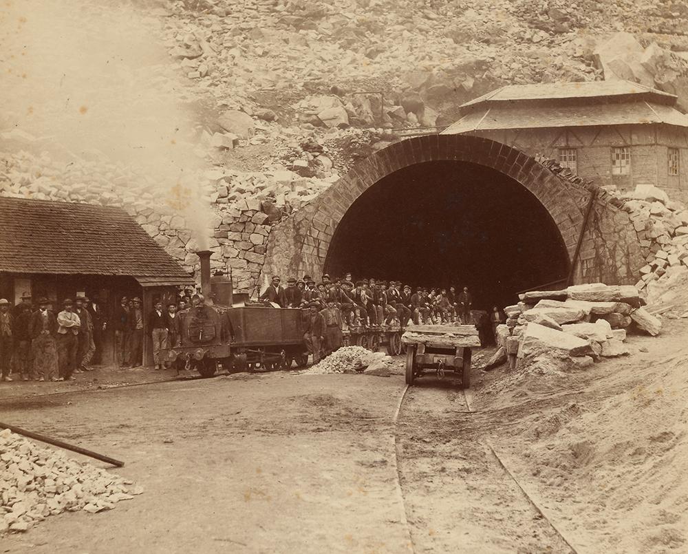 Bauarbeiter vor dem Tunneleingang in Göschenen, um 1880.