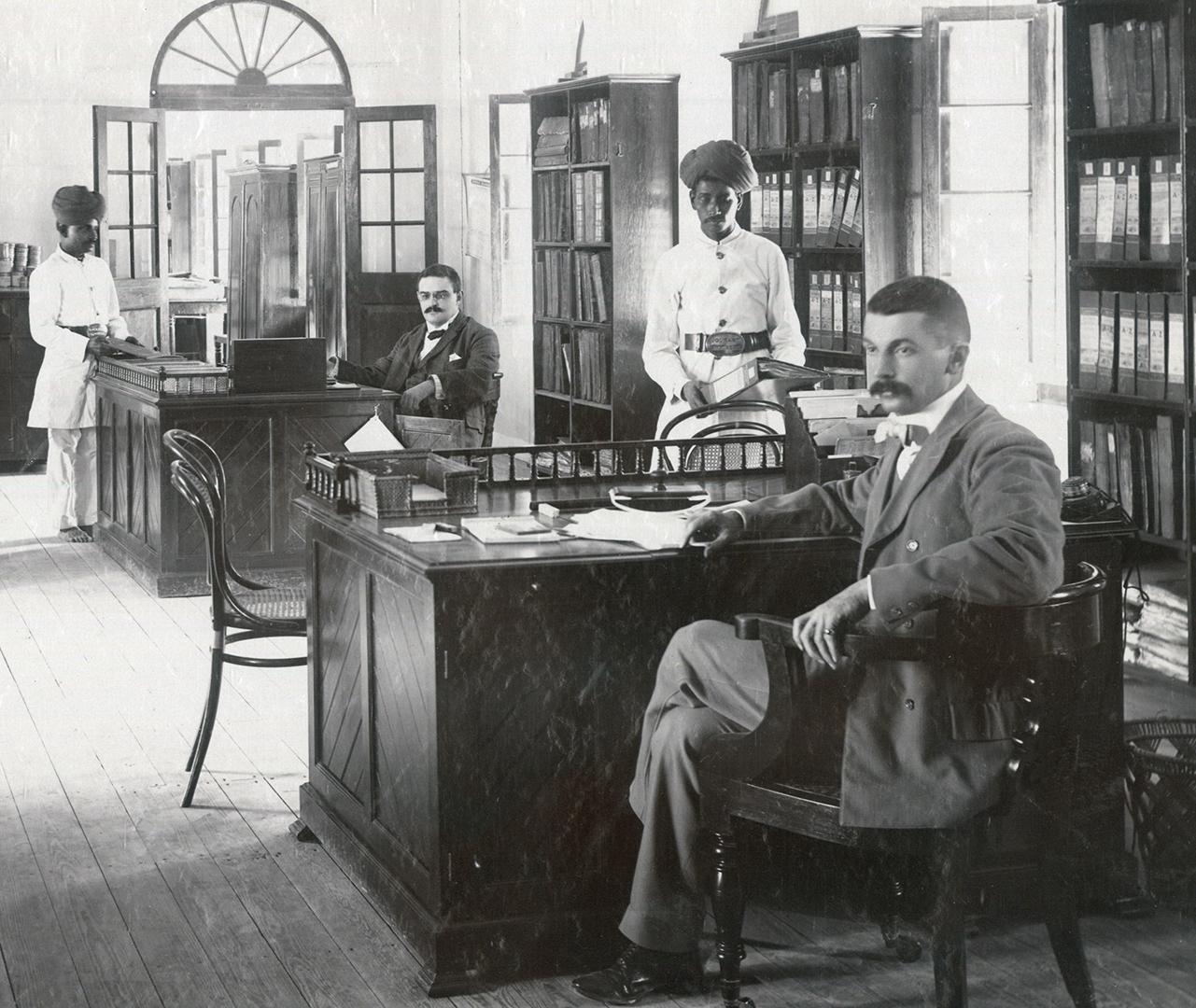Büro in Volkart-Filiale mit Mitarbeiter, 1903, Karachi, Repro.