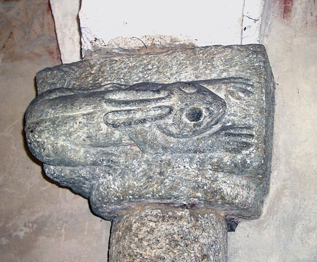 Giornico, San Nicolao, Krypta, Apsis rechts, Kapitell mit Hase.