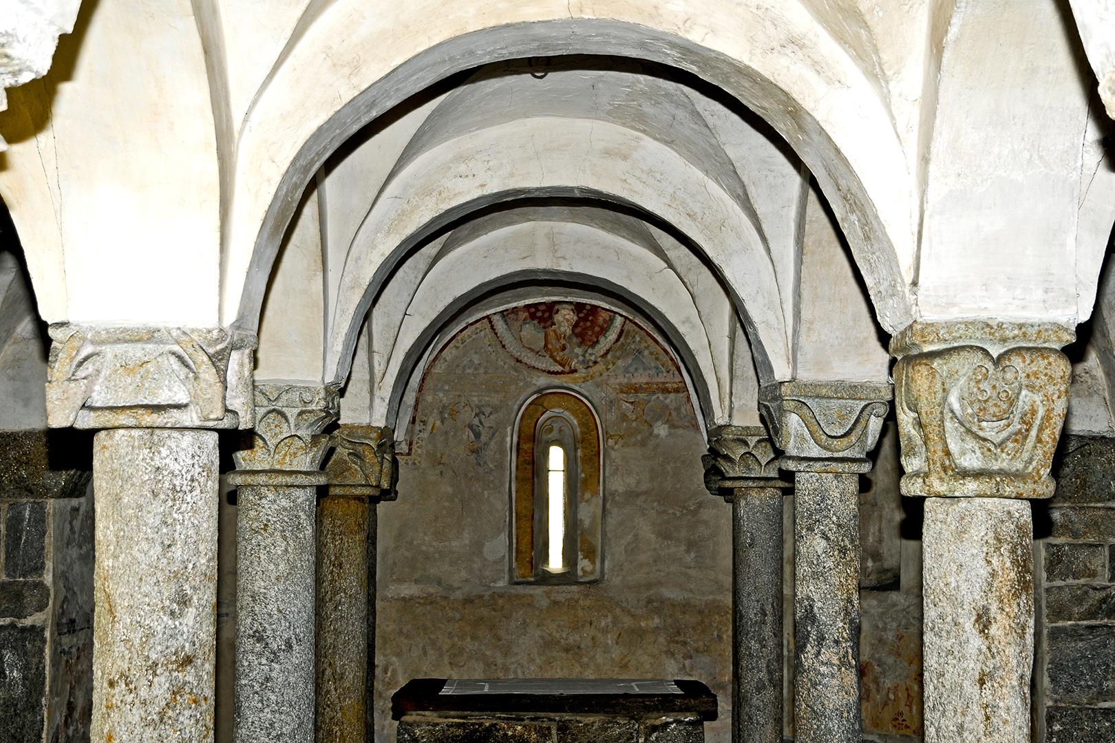 Giornico, San Nicolao, Krypta, Kapitelle, entstanden um 1100. Kapitelle mit Tierfiguren wechseln unregelmässig mit pflanzlichen und geometrisierenden Motiven.