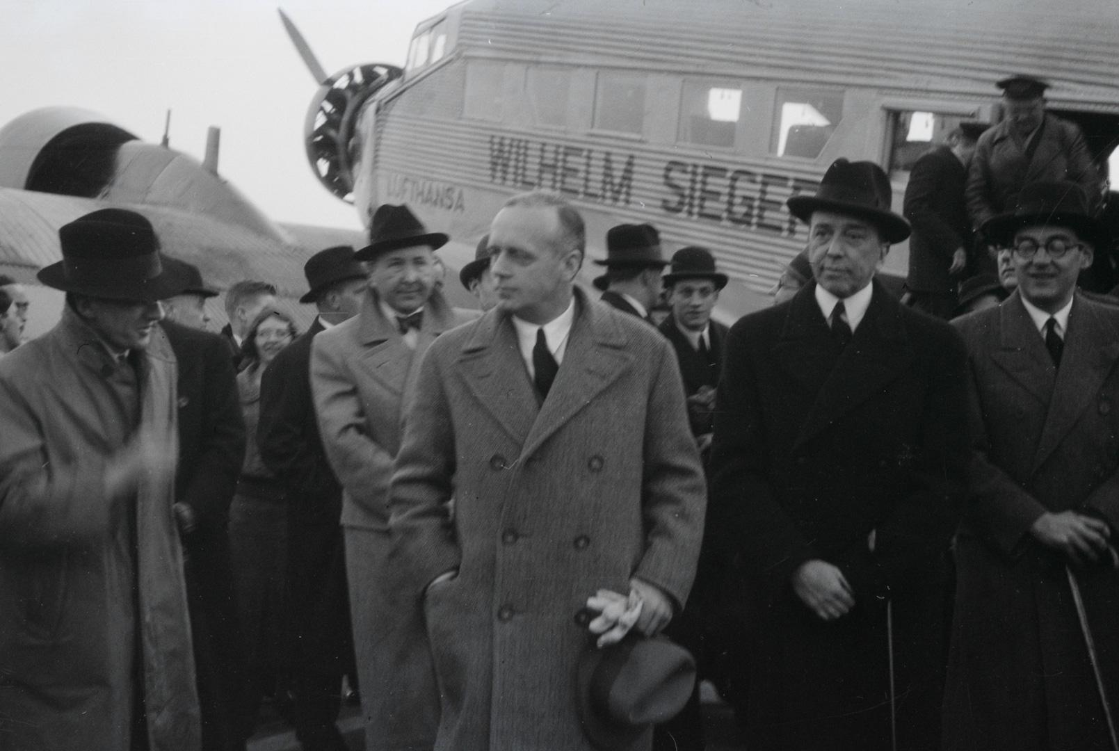 Der Besuch von Sonderbotschafter Joachim von Ribbentrop (Mitte) in London am 18.3.1936. Die Person ganz rechts im Bild ist mit grosser Wahrscheinlichkeit Gottfried von Nostitz.