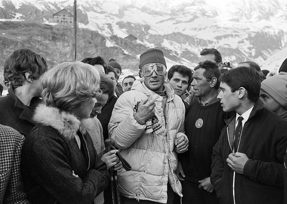 Walter Bonatti est accueilli le 23 février 1965 au Breuil, du côté italien du Cervin.