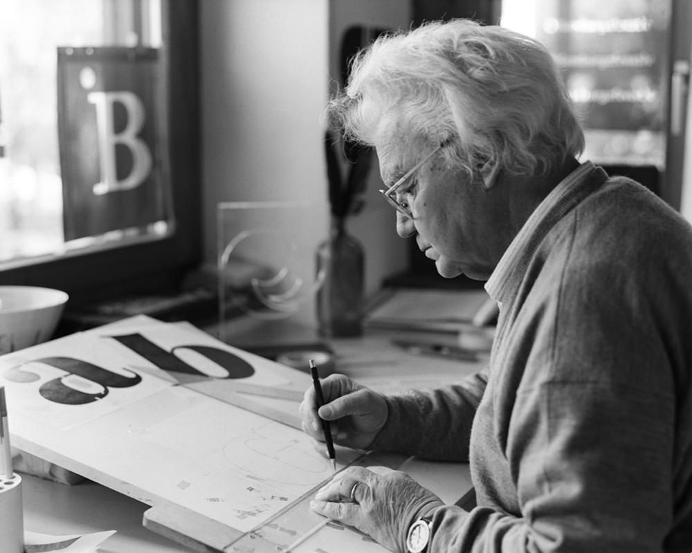 Adrian Frutiger penché sur sa planche à dessin, Bremgarten 1999.