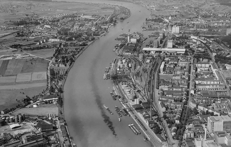 Die Basler Rheinhäfen im Jahr 1954.