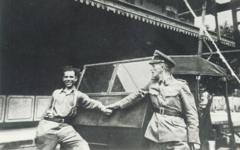 Mario Rodoni (à gauche), employé des CFF et proche collaborateur de Peter Bammater, avec un soldat allemand, à Varzo.