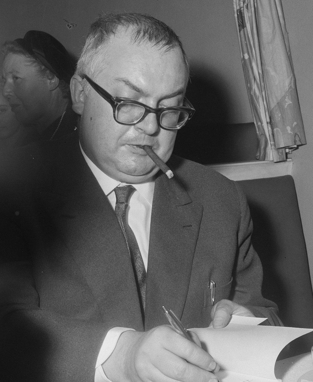 Friedrich Dürrenmatt en train de dédicacer un livre, 1958.