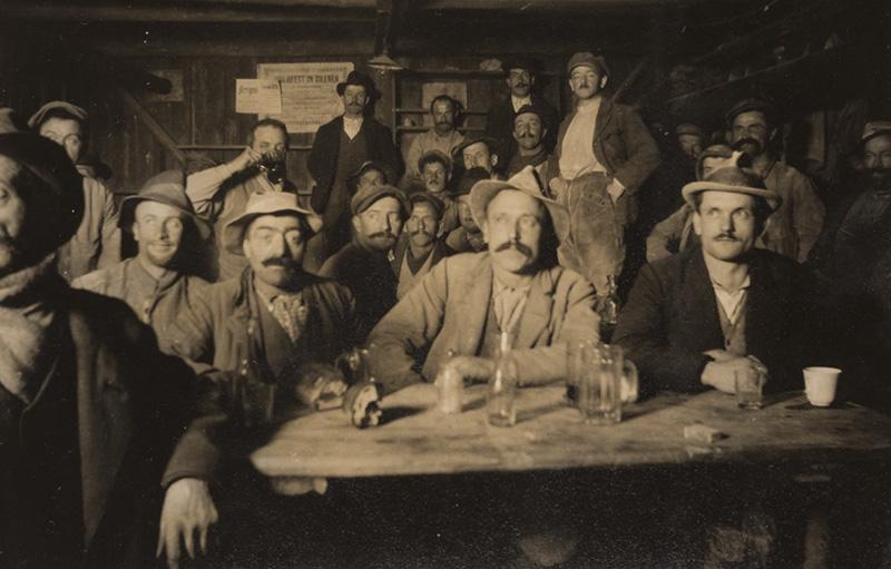 Gastarbeiter im Essraum. Aufgenommen 1921 beim Stollenbau für das Kraftwerk Amsteg.