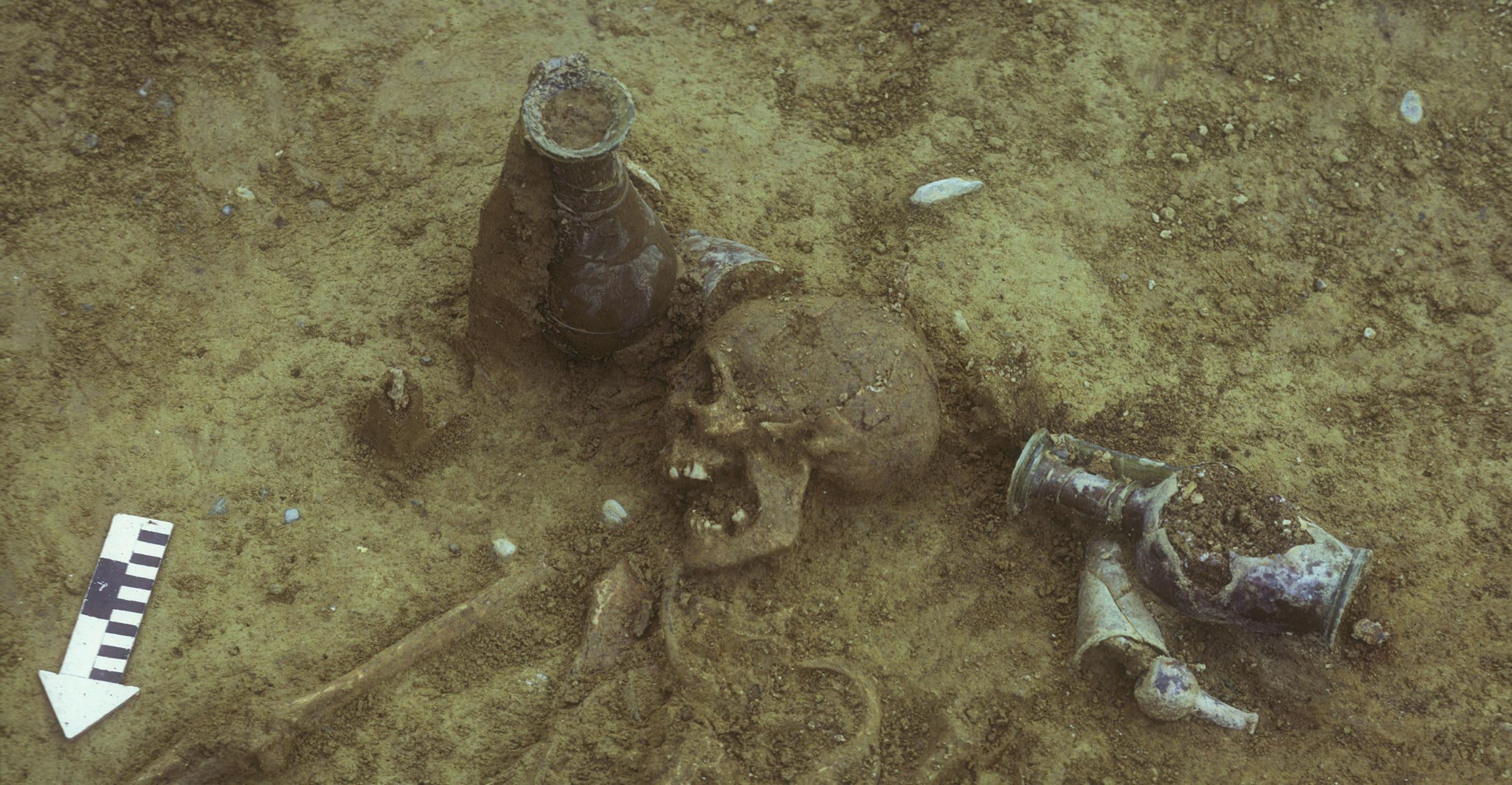 La sépulture mise au jour à Stein am Rhein en 1974 comportait de nombreux objets en verre.