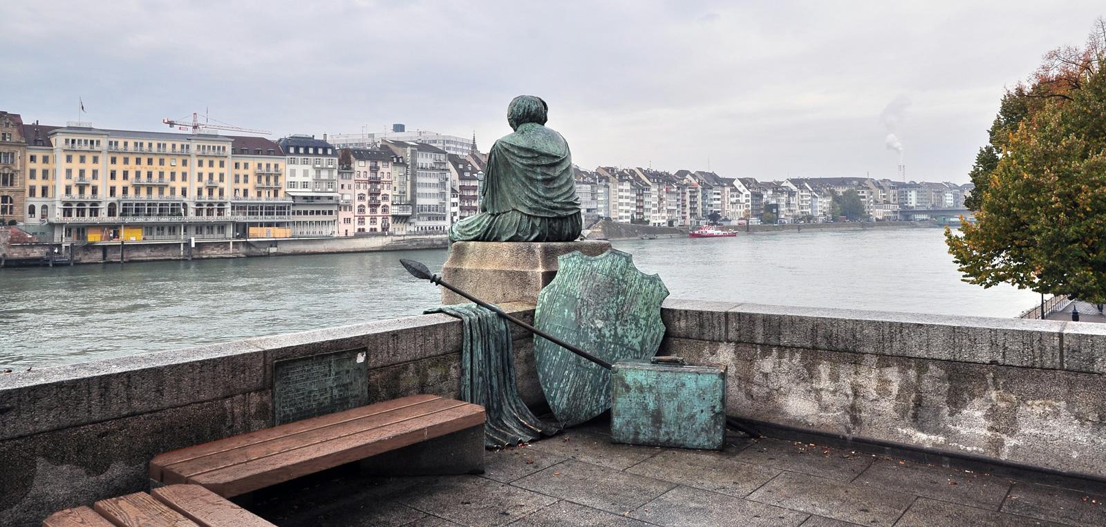Seit 1980 ruht sich die «Helvetia» von Bettina Eichin am Rheinufer in Basel aus, am rechten Brückenkopf der Mittleren Brücke.