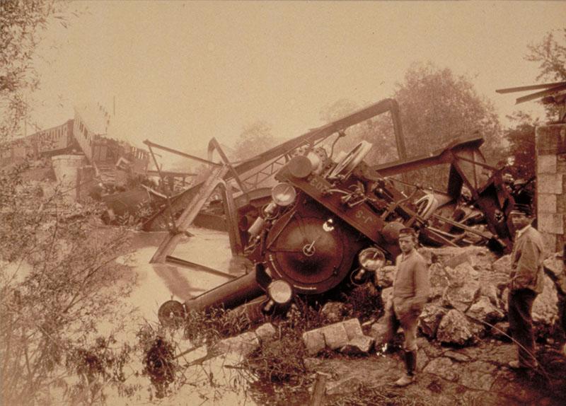 Die Lokomotive des Zugs war stark beschädigt.