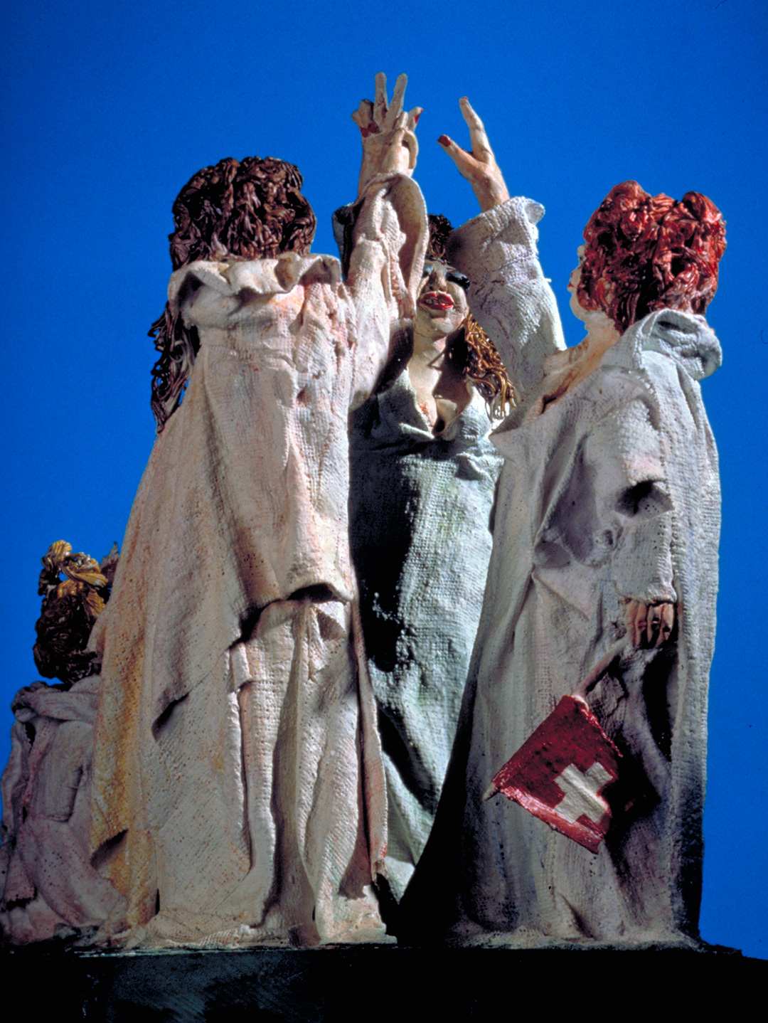 Serment du Grütli actualisé: trois femmes prêtant serment avec une fillette. Rütlischwur. Margot Güttinger, Yverdon. 1991. 34,5 x 21,5 x 32 cm. Gips bemalt.