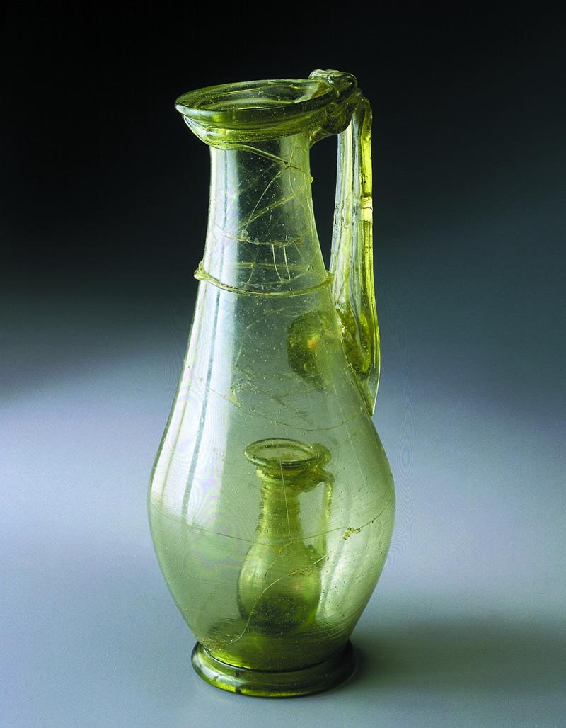 Carafe en verre du IVe siècle.