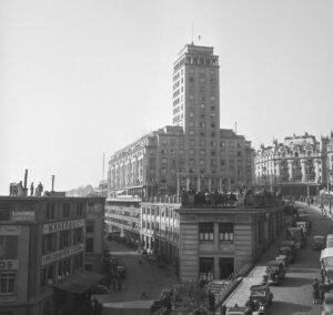 Grosses Spektakel im Oktober 1947 auf dem Bel-Air-Turm in Lausanne. Die Zuschauer unten schauen gebannt auf Unus, den Einzigartigen, oben.