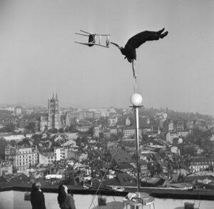 L'artiste Unus au-dessus des toits de la vieille ville de Lausanne.