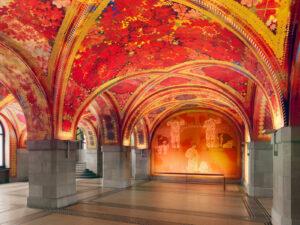 Augusto Giacomettis Decken- und Wandmalereien in der Eingangshalle «Blüemlihalle» der heutigen Polizeiwache im Amtshaus I, 1922-1926.
