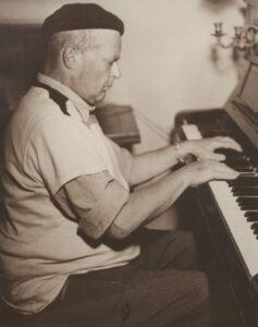 Charles-Albert Cingria am Piano, um 1942.