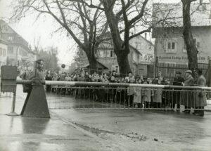 Douane de Kreuzling, 1946: des Suissesses viennent chercher des enfants qu'elles ont invités à passer un jour par semaine chez elles.