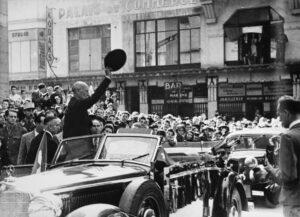 Walter Stucki a été fêté par la population de Vichy en 1944.