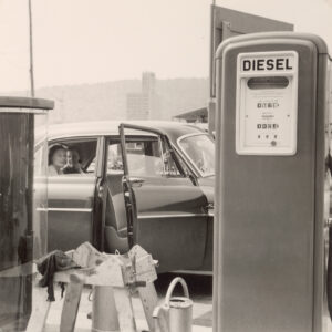 Auto an einer Tankstelle, zwischen 1950 und 1960.