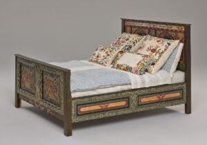 Lit richement décoré datant du XVIIIe siècle.