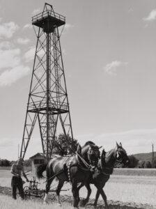 Bohrturm der Saline in Schweizerhalle. Fotografie von Edith Bader-Rausser, vor 1959.
